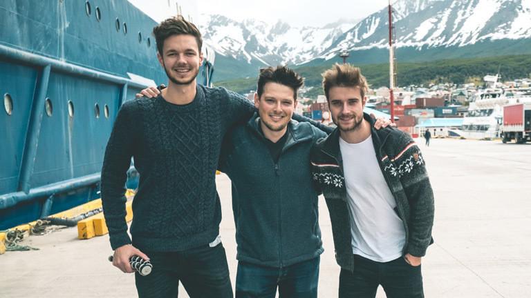 Tim David Müller-Zitzke, Michael Ginzburg und Dennis Vogt im Hafen der Stadt Ushuaia.