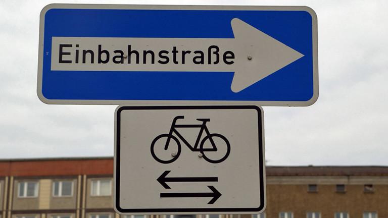 Ein Schild, das es Fahrradfahrern erlaubt, in einer Einbahnstraße in beiden Richtungen zu fahren.