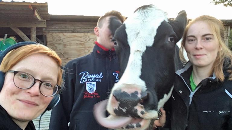 Lydia mit Kuh Betty und Kuhreiterin Lucy.