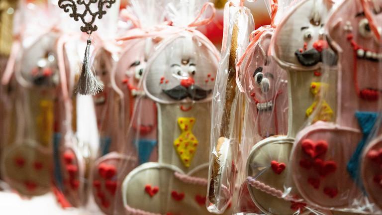 Auf dem Weihnachtsmarkt Santa Pauli in Hamburg wird Lebkuchen mit Zuckerguß in Penisform verkauft.