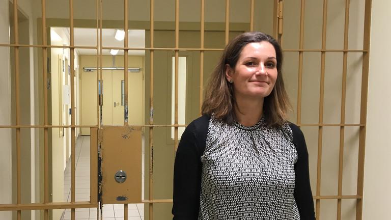 Die Gefängnispsychologin Nicole Borchert steht vor einer Gittertür in der JVA Leipzig.