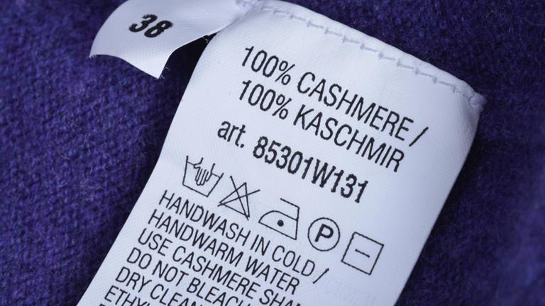 Waschzettel in einem Kaschmirpullover.