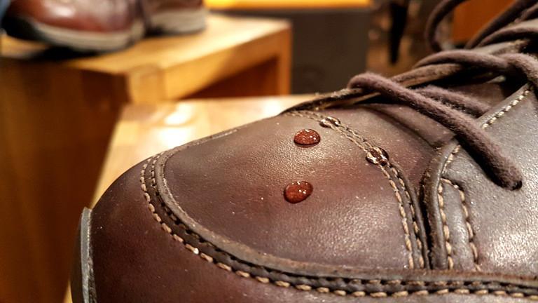 Ein imprägnierter Schuh mit Wassertropfen.