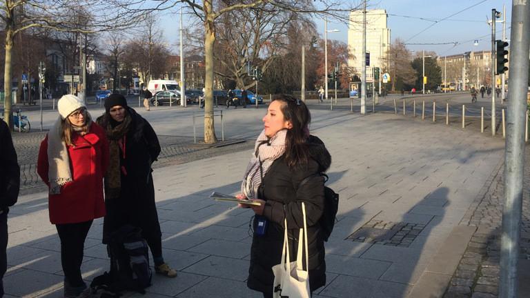 Die Syrerin Loubna Al Azzawi führt Gäste durch ihre Stadt.