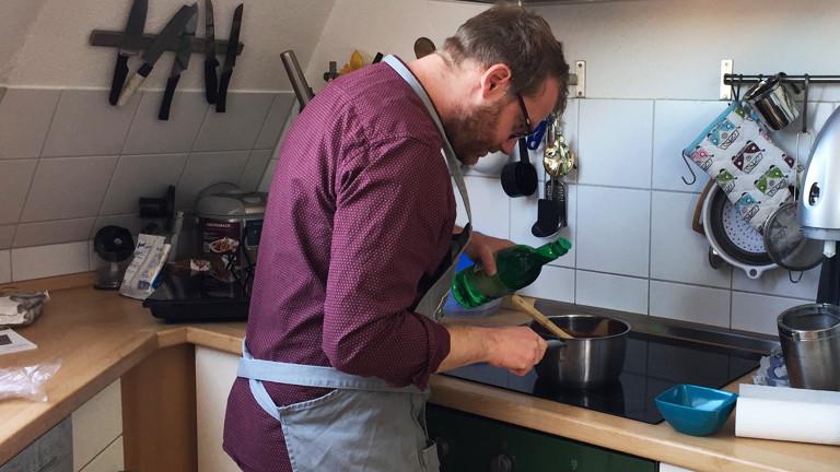 Christian Schmitt beim Kochen