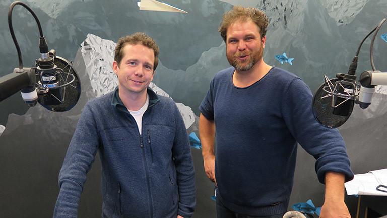 Der gelernte Koch Moritz Kiener zu Besuch im Deutschlandfunk-Nova-Studio mit Moderator Paulus Müller.