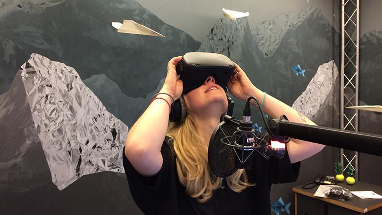 Moderatorin Jenni Gärtner testet die Oculus Quest.