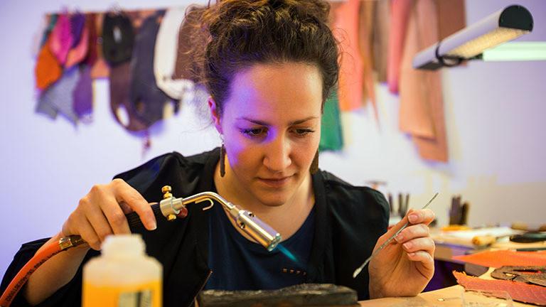 Ramona Stelzer arbeitet mit einem Bunsenbrenner.