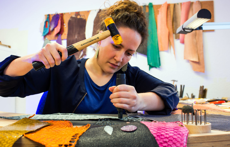 Ramona Stelzer produziert Schmuck aus Fischhäuten.