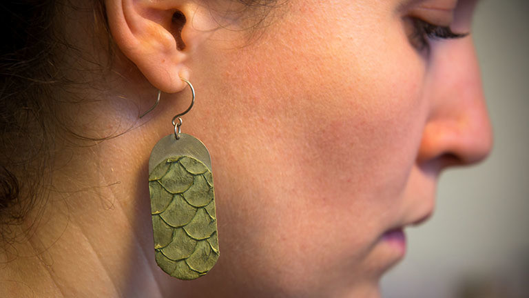 Ramona Stelzer mit einem selbst entworfenen Ohrring aus Fischleder.