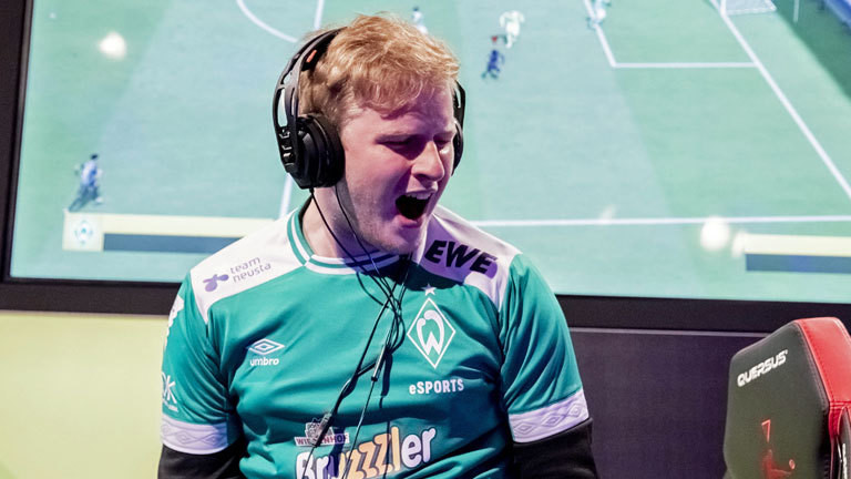 "Michael Bittner (MegaBit), Deutscher Meister der Virtual Bundesliga (VBL) beim ""Grand Final"" der Virtual Bundesliga."