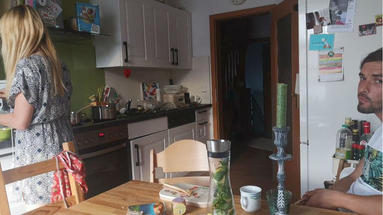 Sophie und Wolfram in ihrer Küche in Talheim in Sachsen