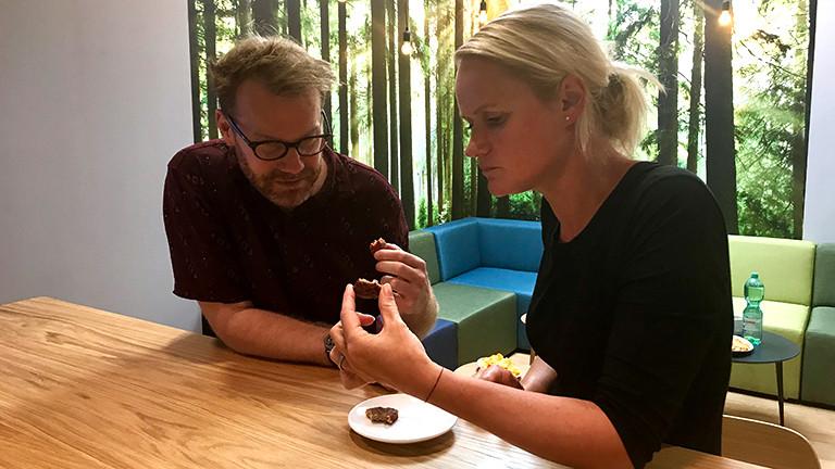 Christian Schmitt und Steffi Orbach probieren vegetarische Burger-Pattys.