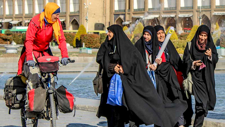 Iranische Frauen freuen sich über Heike Pirngrubers Anblick auf dem Fahrrad.