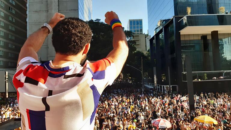 David Miranda hält auf der Pride Parade eine Rede
