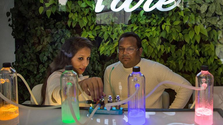 Eine Bar in Delhi, in der Kunden gegen Geld reinen Sauerstoff atmen können.