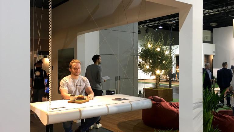 Höhenverstellbare Arbeitsplatte auf der Internationalen Möbelmesse in Köln.