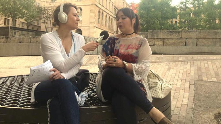 DRadio-Wissen-Reporterin Hanna Ender mit Le-Pen-Unterstützerin Delphine, 27 Jahre alt.