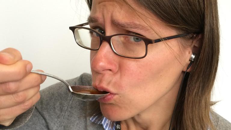 Moderatorin Grit Eggerichs probiert den Kaffee.