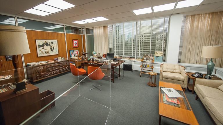 Bühnenbild von Don Drapers Büro mit Requisiten.