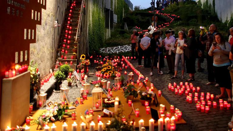 Kerzen an der Unglücksstelle der Loveparade 2010 in Duisburg