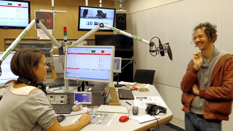 Inga Hinnenkamp und Darwin Deez im DRadio-Wissen-Studio.
