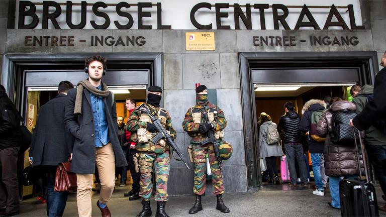 Sicherheitsleute und lange Schlangen vor dem Bahnhof in Brüssel.