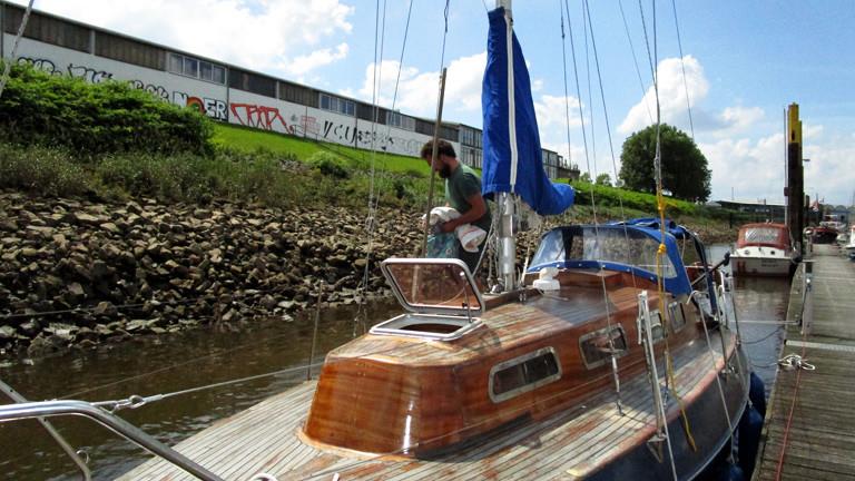 Niko auf seinem kleinen Segelboot an einem Bremer Hafen.