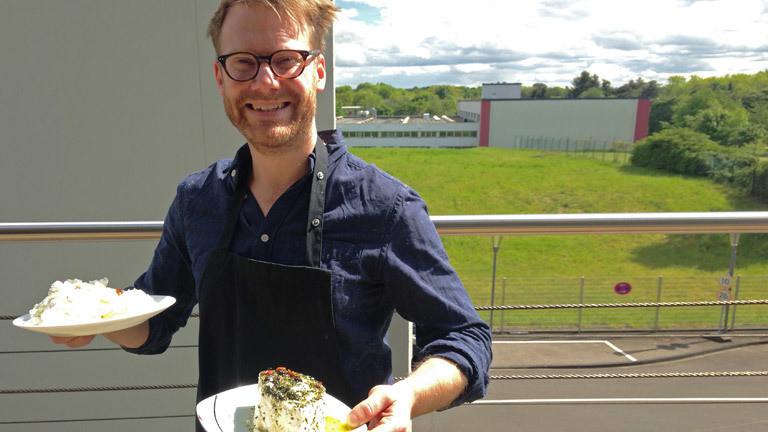 Christian Schmitt mit je einem Käseteller in jeder Hand