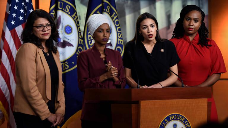 Die demokratischen US-Kongressabgeordneten Rashida Tlaib, Ilhan Omar,  Alexandria Ocasio-Cortez und Ayanna Pressley (von links nach rechts) bei einer gemeinsamen Pressekonferenz zu Donald Trumps rassistischen Verbalattacken gegen sie.