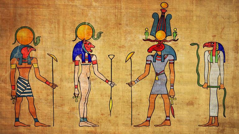 Historische Darstellung verschiedener ägyptischer Götter: Ra, Bastet, Khensu und Amon.