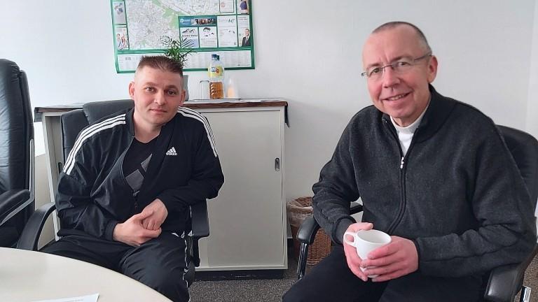 Pfarrer Peter Kossen (rechts) und David (links).