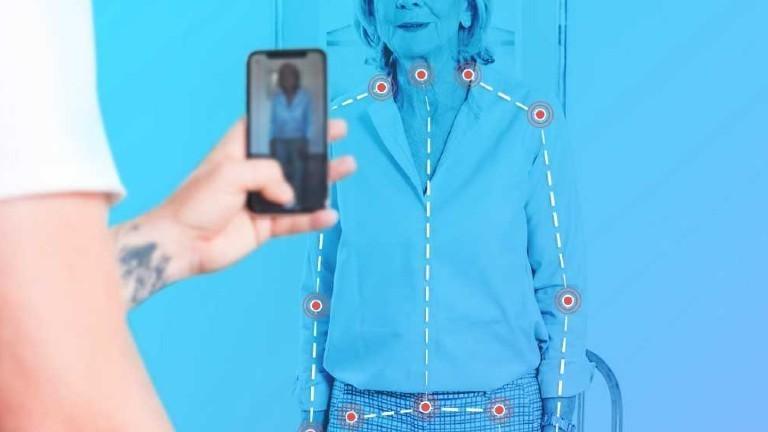 Eine Seniorin wird mittels einer Software vermessen.