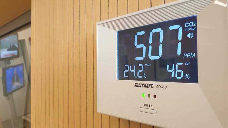 Ein CO2-Messgerät im Studio bei Deutschlandfunk Nova