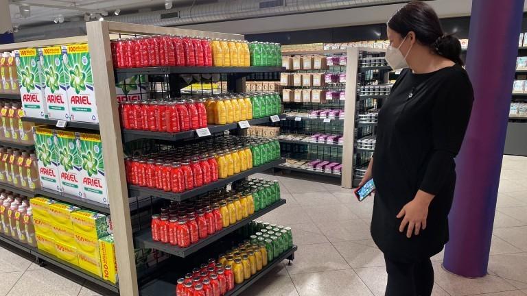 Antje Lienert steht vor einem Regal im Test-Supermarkt