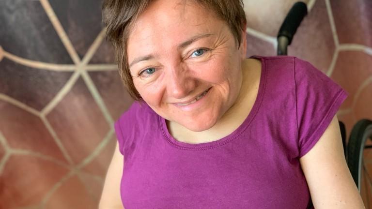 Rebecca Maskos ist Rollstuhlfahrerin, hat Glasknochen und braucht nachts Unterstützung beim Atmen.