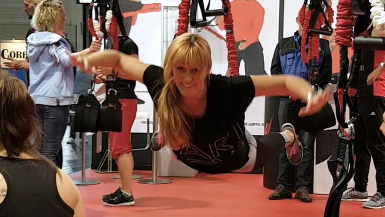 Workout an Gummiseilen - Caro beim Bungee Fitness auf der Sportmesse Fibo