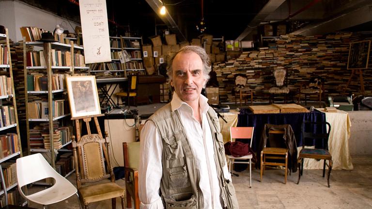 Mann vor Bücherregalen