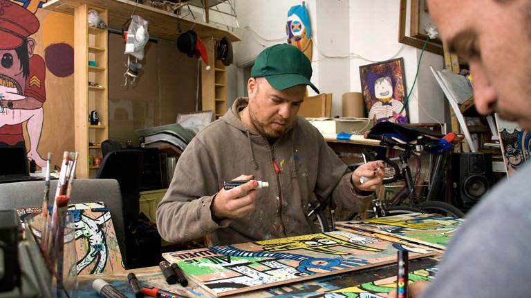 Künstler malt an einem Bild