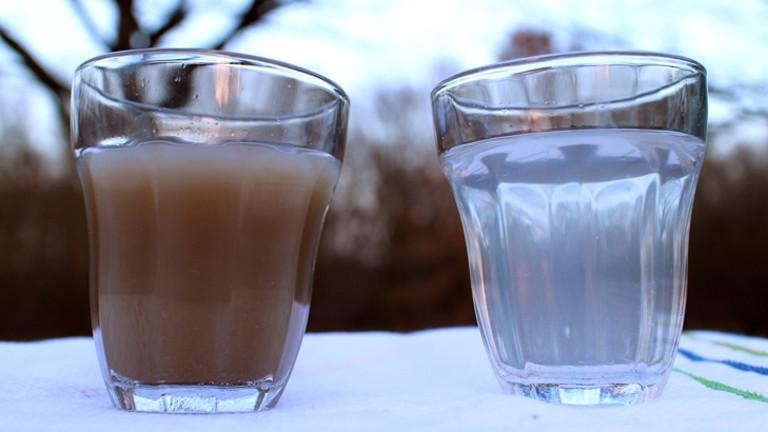 Zwei Gläser - eins mit schmutzigem und eins mit sauberem Wasser.