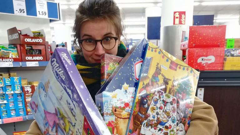Reporterin Meike mit einer Auswahl an Kalendern im Supermarkt