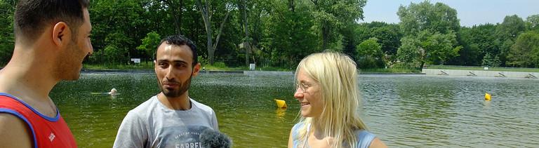 Reporterin Franziska Felber mit den beiden Rettungssschwimmern