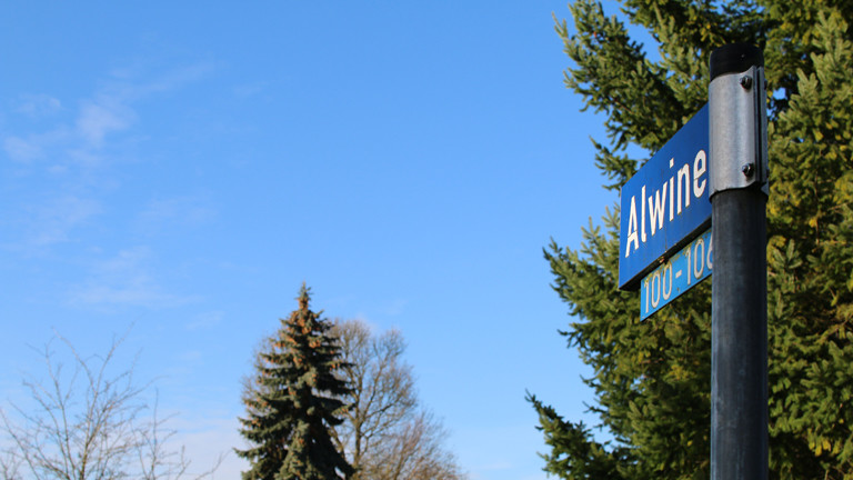 Straßenschild im Ort Alwine