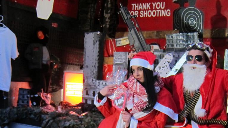 """Heckler-und-Koch-Schießbude auf dem Weihnachtsmarkt - Guerilla-Aktion gegen Waffenhandel von """"Rocco und seine Brüder"""""""