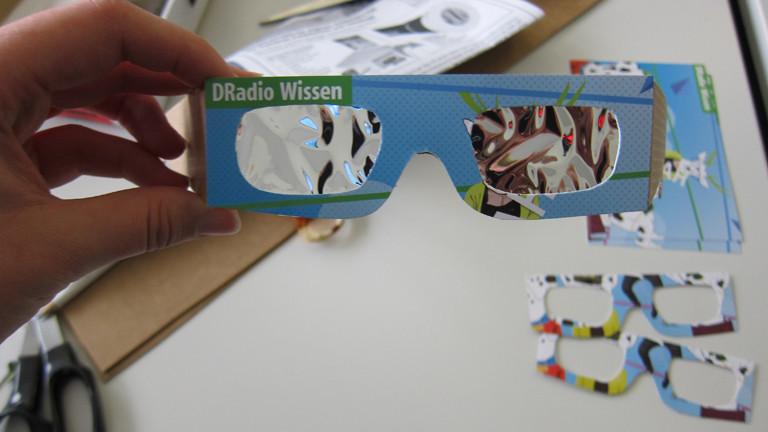 Sonnenfinsternisbrille aus Pappe mit DRadio Wissen-Logo