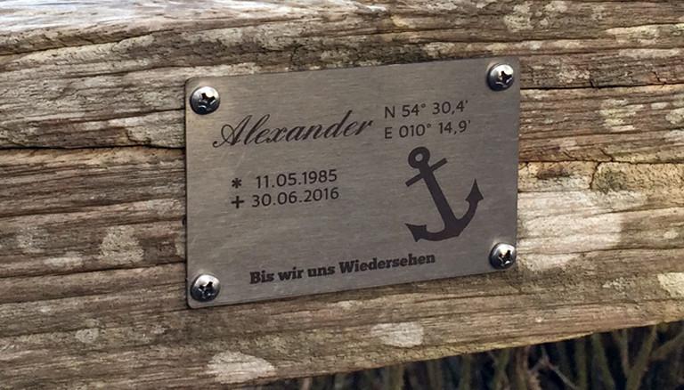 Gedenkschild am Strand von Bülk