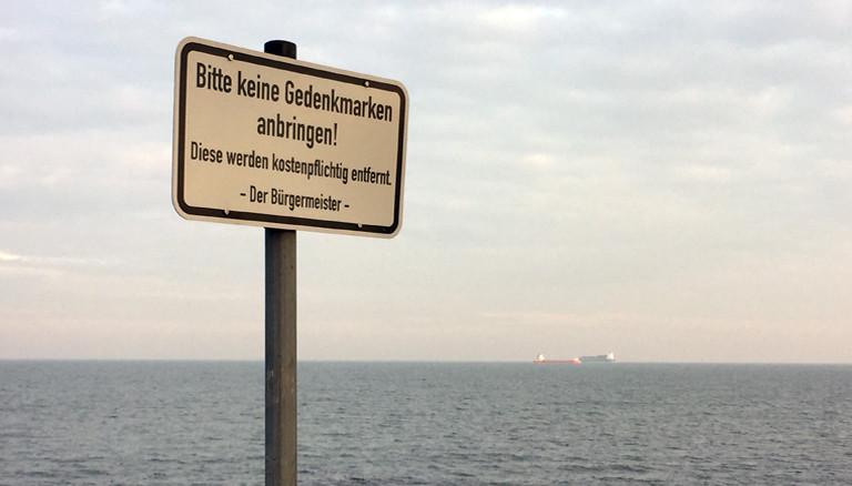 Hinweisschild am Strand von Bülk