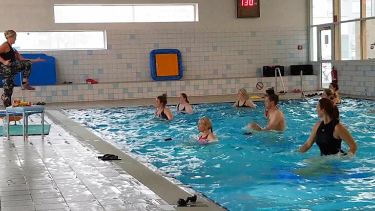 Caro beim Aquajumping im Schwimmbecken.