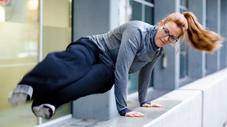 Caro hüpft über eine Mauer
