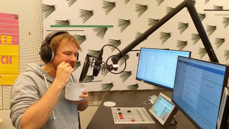Dlf-Moderator Markus Dichmann probiert Quallenchips.